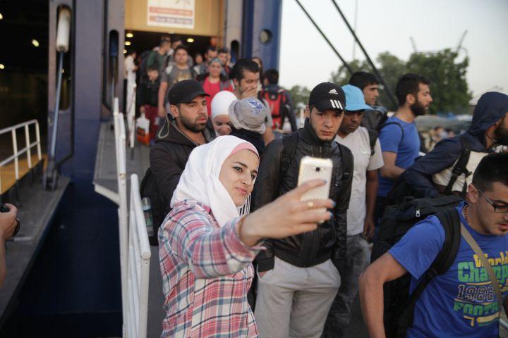 Προκλητικές σέλφι από πρόσφυγα